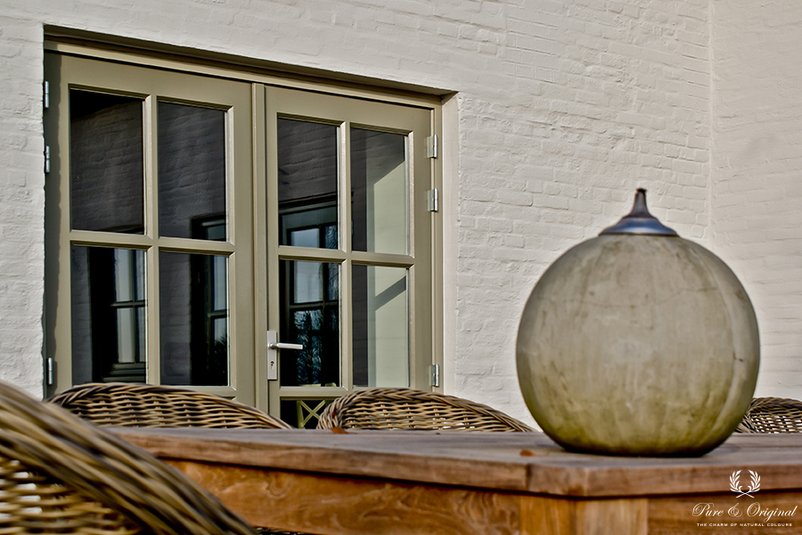 Traditional Paint in the colour Flannel Gray and Quartz Kalei Silk White, applied outside