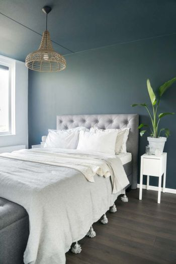 Article HOMIFY dark bedroom